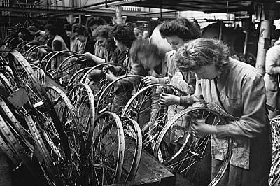 Работнички във фабриката за колела Hercules Cycle в Бирмингам, Англия, през 1940 г.