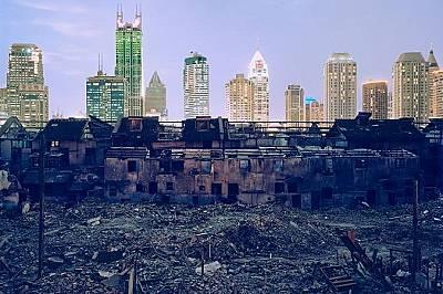 Пейзаж от Шанхай, КитайПорутени сгради на фона на небостъргачи в Шанхай, Китай - страна, където неравенството се увеличава.