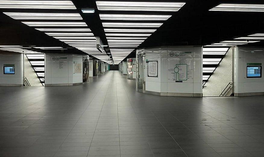 На 26 март Париж затвори 30 метростанции и драстично намали броя на автобусите и влаковете, за да ограничи разпространението на коронавиуса.