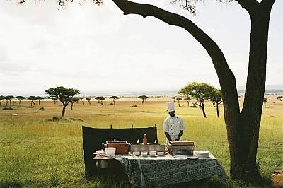Готвач очаква туристи в национален парк в КенияГотвач очаква туристи, които ще пристигнат по въздуха с балон с горещ въздух, за да им поднесе шампанск...