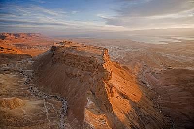 Подобно на гигантски кораб от пръст и камък, великата цитадела Масада е надвиснала над брега на Мъртво море. Пустинна крепост на хасмонейските владете...