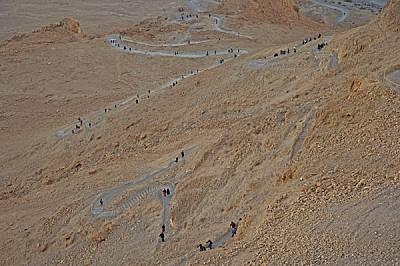 Посетителите с мъка се катерят по виещата ce пътека нагоре по стръмните склонове на Масада. По време на управлението на Ирод тя представлявала единств...