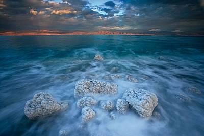 Камъни, покрити със солени кристали, опасват богатите на минерали води, в които Ирод правел бани по предписание на своя лекар. Почти 70-годишният цар...