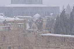Буря в края на зимата е поръсила с бяло златния Купол на скалата. Свещената сграда, издигаща се на мястото на Втория храм на Ирод, бележи мястото, отк...