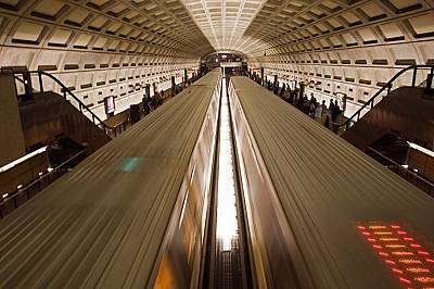 """Метрото във ВашингтонДва влака в метрото във Вашингтон се разминават на станция """"Дюпон Съркъл""""."""