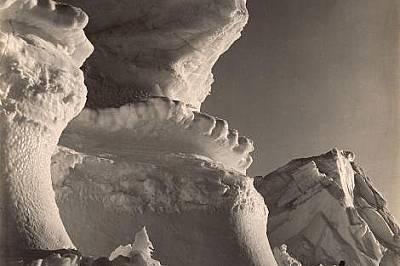 """Пред айсберга """"Касъл"""" човешката фигура изглежда миниатюрна."""