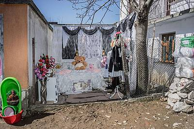 Нови чаршафиСпалнята на Фатме Инуз и Феим Османов пред дома на родителите на Инуз в Рибново.