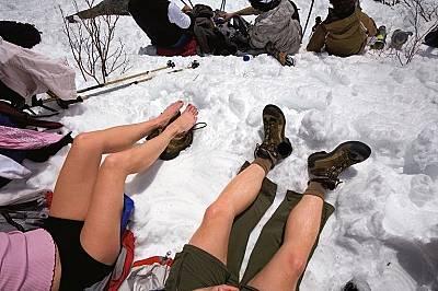 Туристи се наслаждават на слънчевите лъчиТуристи се наслаждават на слънчевите лъчи в Маунт Вашингтон, Ню Хемпшир, по време на преход.