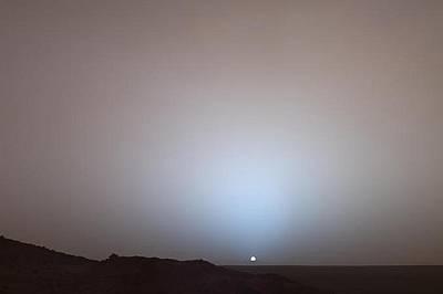 """Марсиански залезНа 19 май 2005 г., марсоходът на НАСА, """"Спирит"""" улови залез над ръба на кратера Гусев. Цветовете на снимката са ма..."""