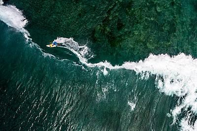 Сърфист на плажа Паданг Паданг в Бали