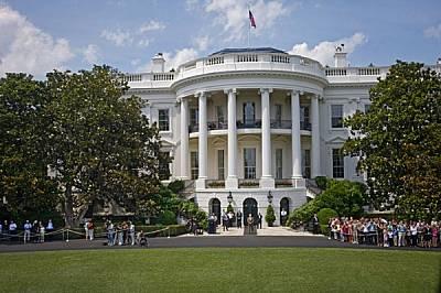 """Всяко пристигане и заминаване става по строго съблюдаван план. От илюминатора на президентския хеликоптер """"Мерийн 1"""" се вижда тълпа..."""