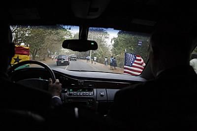 Шофьор от Секретния отдел кара президента през покрайнините на Акра. Отпред на президентския автомобил винаги се веят две знамена. Когато държавният г...