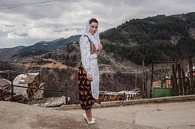 Готова за празникаОблечена в традиционни дрехи, млада жена от Рибново тръгва за сватбата на Летве Османова и Рефат Рвдиков.