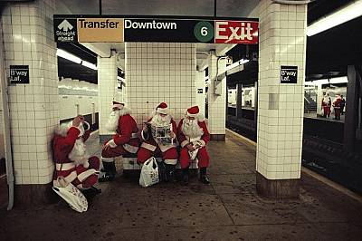 Нюйоркското метроНяколко Дядоколедовци чакат влака на станция Бродуей-Лафайет в Ню Йорк.