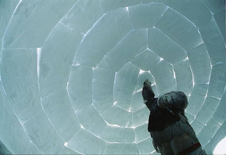Построяване на иглуПоставяне на последния леден блок от иглу в Канада. Тези къщи от лед, предназначени за временен подслон, предпазват от вятъра и зап...