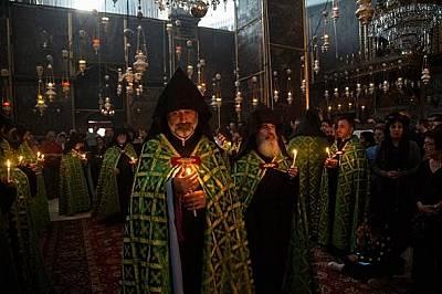 О, Свят денМекият отблясък от свещите озарява служба по време на Страстната седмица в катедралата Свети Яков, арменска църква от XII век в Йерусалим.