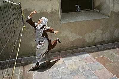 В католически метох в Пуебла, Мексико, 23 годишната сестра Реина Мария, послушничка в ордена на Босите братя кармелити, играе волейбол. Играта дава въ...