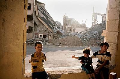 Рамади, Ирак, 14 юли 2016 г. Семейство бягащо от контролирания от ИДИЛ град Хит живее сред руините на Рамади.