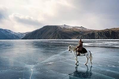 Актьор по време на снимки на езерото Байкал