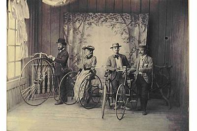 Първата колоездачна група в България. Най-вляво е Методи Хаджипетков, а до него е съпругата му Недялка.
