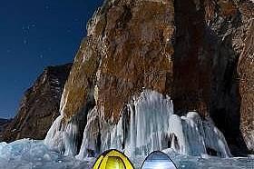 Палатки на брега на езеро Байкал