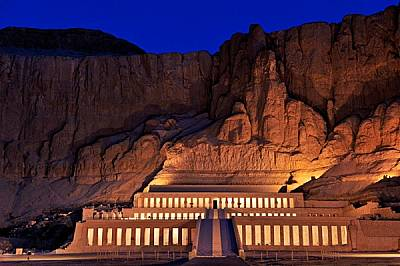 Погребалният храм на Хатшепсут се издига на фона на пустинните скали в Деир ел Бахри като величествено изражение на царската й мощ. Релефите в портици...