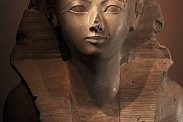 Изоставяйки присъщата на една царица роля на регент, Хатшепсут възприела класическите атрибути на царя. Тук е изобразена с царска забрадка на фараон,...
