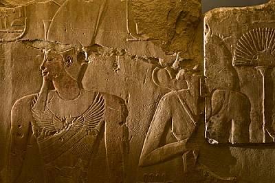 На сцена в малък храм, издигал се някога в Карнак, Хатшепсут е стои зад своя съпруг - фараона Тутмос II. Когато скулпторите започнали да украсяват сгр...