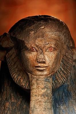 Изобразена като сфинкс, Хатшепсут е представена с безспорно мъжки черти като лъвска грива и фалшива брада на фараон.