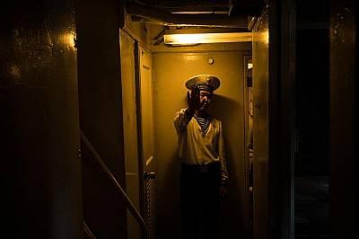 """Севернокорейски моряк се дразни, че го снимат на борда на американския шпионски кораб """"Пуебло"""". Севернокорейски моряк се дразни, че го снимат на борда..."""