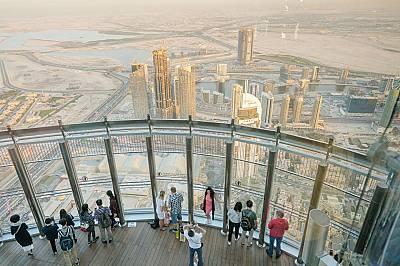 """Туристи се тълпят в 828-метровия """"Бурдж Халифа"""", най-високия небостъргач в света, заради гледката от птичи поглед. Някои проекти призовават за по-малк..."""