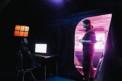 Членовете на полевия екипаж в експерименталната оранжерия Hortextreme, проектирана от италианската космическа агенция