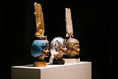 Статуи, показващи различните корони, носени от царица Тие от 18-та династия на Древен Египет