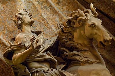 Император Константин вижда божия кръст в небето. Скулптура на италианския скулптор и архитект от бароковия период Бернини