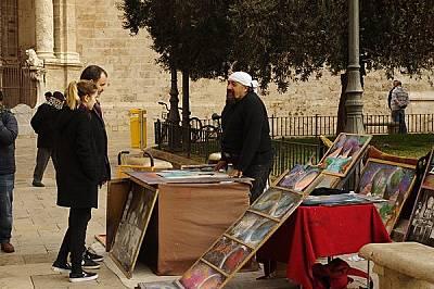 На площад Reina пред катедралата художници предлагат своите творения.