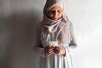 """Йераш, Йордания, 2015 г.Ануар ал Сайед позира с цвете по време на фотолагер на National Geographic в Йераш, Йордания, 2015 г. """"Работила съм..."""