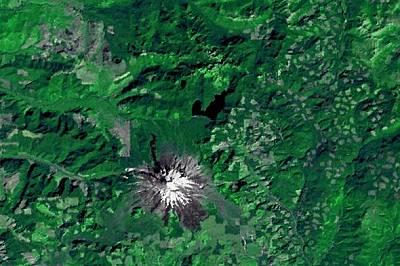 Вулканът Сейнт Хелънс през 1973 г. На тази въздушна снимка направена от NASA Landsat satellite се виждат зелените гори, заобикалящи вулкана през 1973...