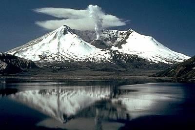 Вулканът Сейнт Хелънс две години след изригванетоДве години след изригването на Сейнт Хелънс през 1980 г. зеещата му паст все още дими.