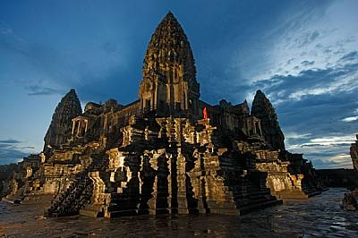 Храмът Ангкор Ват в КамбоджаХрамът Ангкор Ват в Камбоджа - символ на кхмерската цивилизация - все още е почитано религиозно светилище.