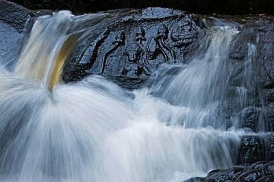 Изрязани в камъка лотосови цветове и индуистки божества бележат свещеното място Кбал Спеан на хълмовете Кулен - извор на две реки, които напояват равн...