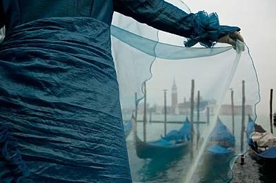 На всеки венецианец се падат стотици туристи, които ежегодно се изливат в града. Повечето ще снимат тази гледка през басейна Сан Марко. Мнозина ще газ...