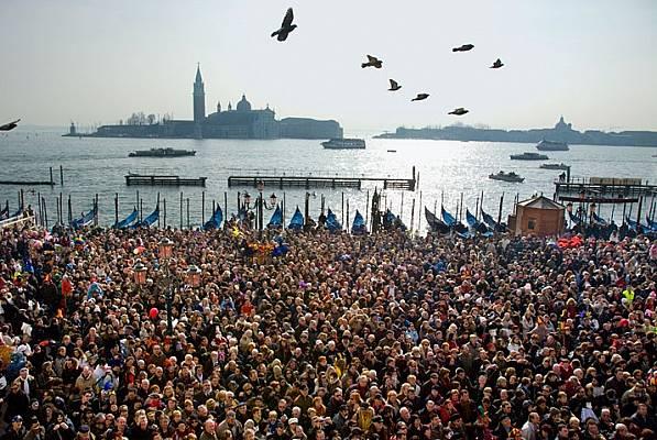 """Туристическият прилив е най-висок за карнавала, когато тълпите обсаждат """"Пиацета Сан Марко"""". Градът е пълен с още много прекрасни м..."""