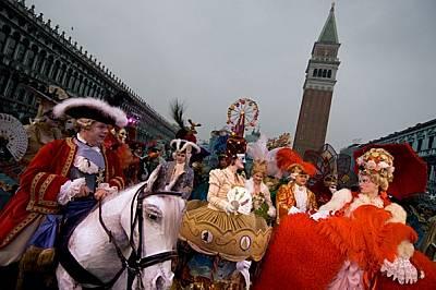 """Вместо да наемат костюми от магазините покрай площад """"Сан Марко"""", тези участници в карнавала са предпочели сами да изработят фантас..."""