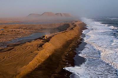 Диамантите са обичайният добив по южното крайбрежие на Намибия. Десетметрова дига удържа вълните на Атлантика и пази огромната открита мина, където пр...