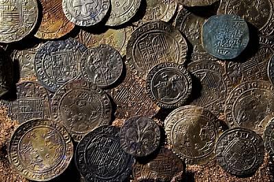 Испански и португалски монети, предназначени за закупуването на индийски подправки, се смесили с венециански, флорентински и мавърски пари в ковчежета...