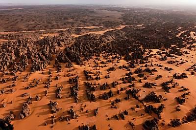 Дори и наполовина засипани от пясъците, варовиковите игли при Маридет изглеждат огромни в сравнение с джипа (долу вдясно). Много отдавна, в една зелен...