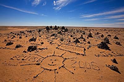 Туристите, дошли в Уау ан Намус, за да наблюдават пълното слънчево затъмнение на 29 март 2006 г., са оставили тук спомен за себе си, подреждайки пусти...