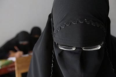 """Традицията диктува момичетата да ходят забулени в """"Песантрен Сунанул Хусна"""", фундаменталистко училище в Джакарта. Тенденцията към п..."""