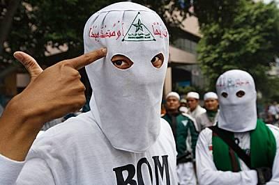 """""""Живей на почит или умри като мъченик"""" - гласи девизът върху качулките на членовете на """"Фронт Пембела Ислам"""". Пр..."""