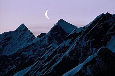 Полумесец, АляскаПолумесецът на луната изгрява над заснежените планини в Аляска.